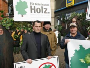 Philipp Freiherr zu Guttenberg (mite) bei einer Protestaktion