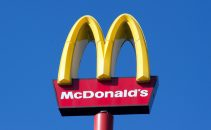 McDonalds Logo vor blauem Himmel, gelbes M