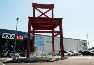 XXXL Lutz Parkplatz roter Stuhl